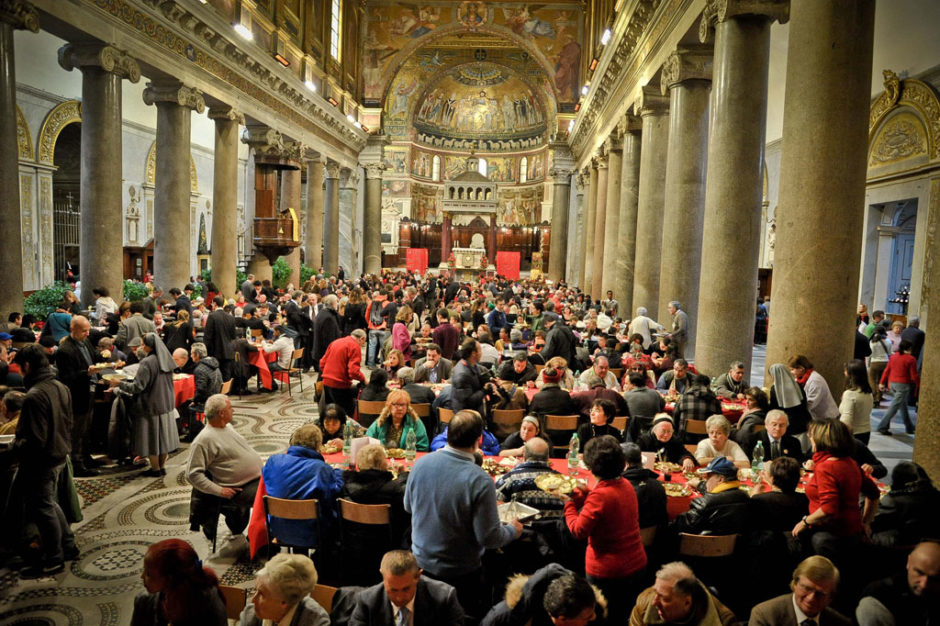 Il pranzo di Natale nella Basilica di Santa Maria in Trastevere (Roma)